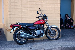 バイクと女子高生.jpg